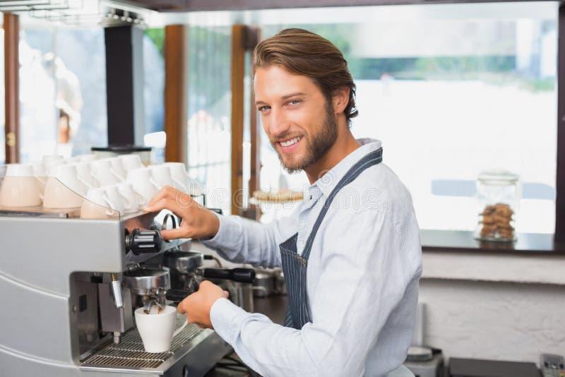 Barman beau faisant une tasse du café images libres de droits