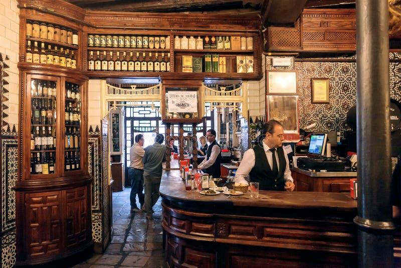 Barman bezig bij barteller van wijnbar met houten uitstekende decoratie royalty-vrije stock afbeelding