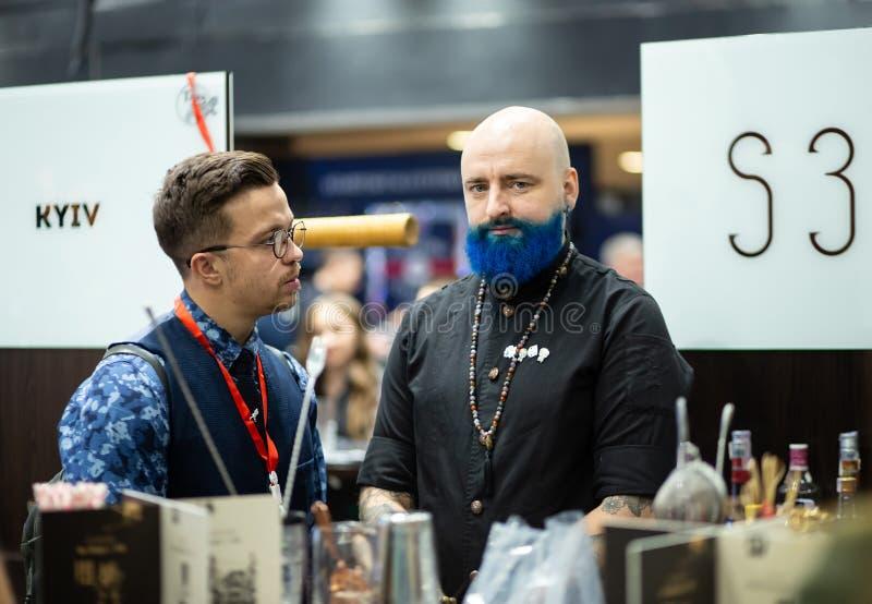 Barman chauve avec la barbe bleue photos libres de droits
