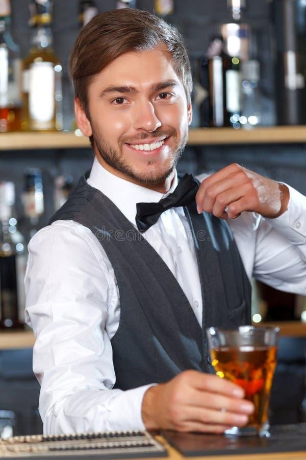 Barman considerável durante o trabalho imagem de stock