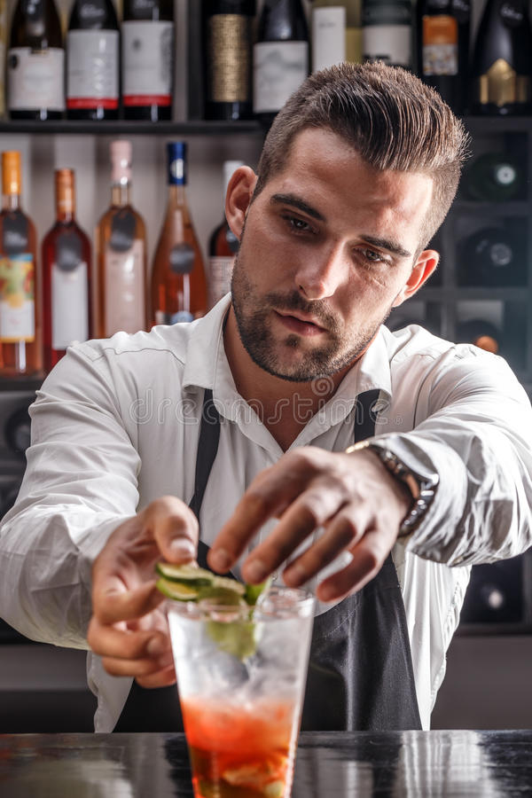Barman décorant le cocktail photo libre de droits