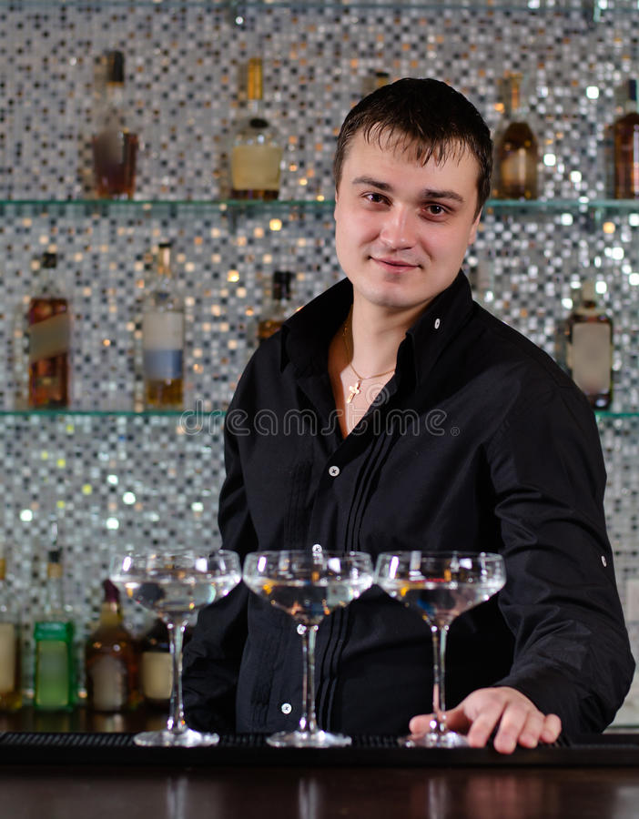 Barman de sourire servant des cocktails de martini photographie stock libre de droits