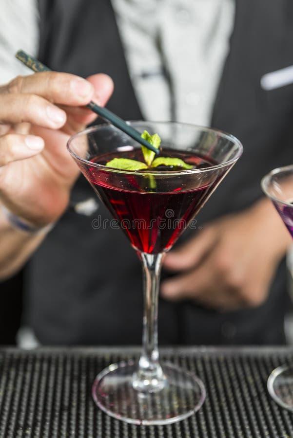 Barman dekoruje koktajl obraz stock