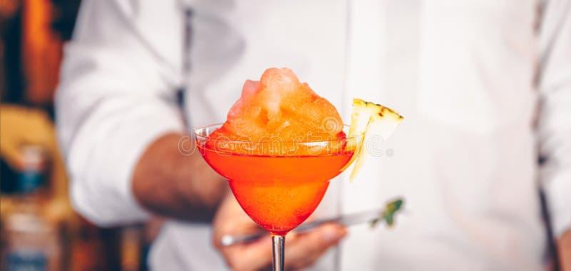Barman dekoruje koktajl przy klubem nocnym Życia nocnego i rozrywki pojęcie zdjęcie stock