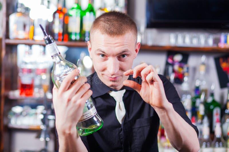 Barman die cocktaildranken maken stock foto