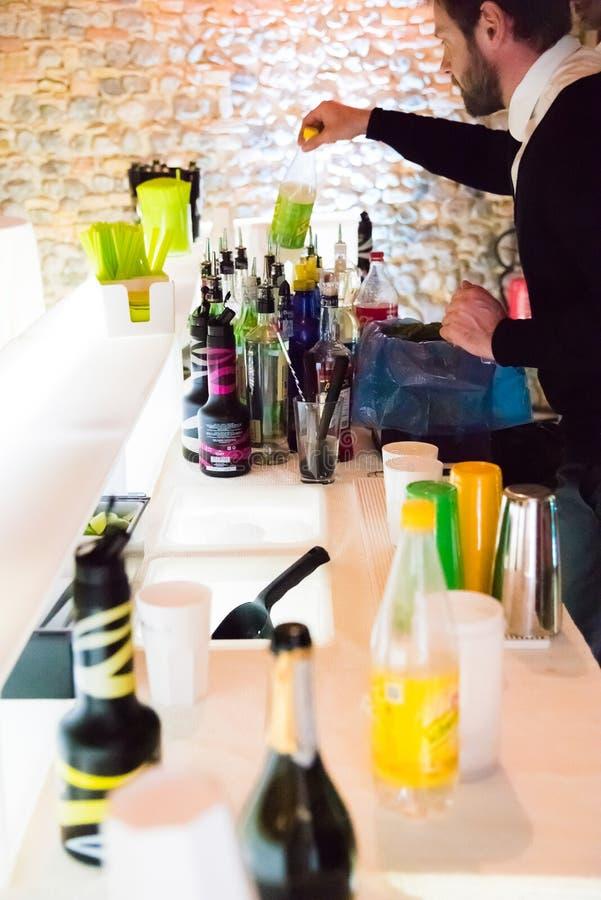 Barman die cocktails maken royalty-vrije stock fotografie
