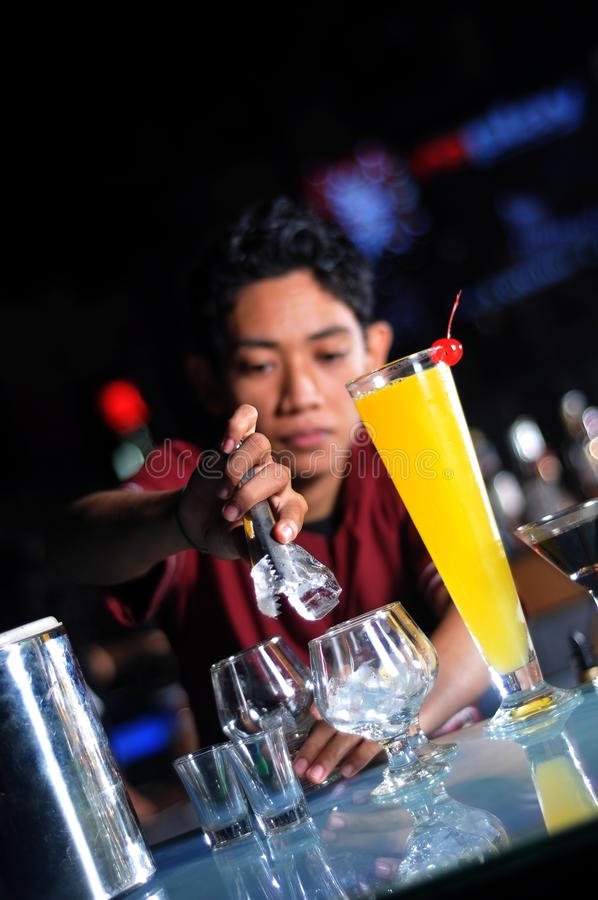 Barman die drank maakt stock foto