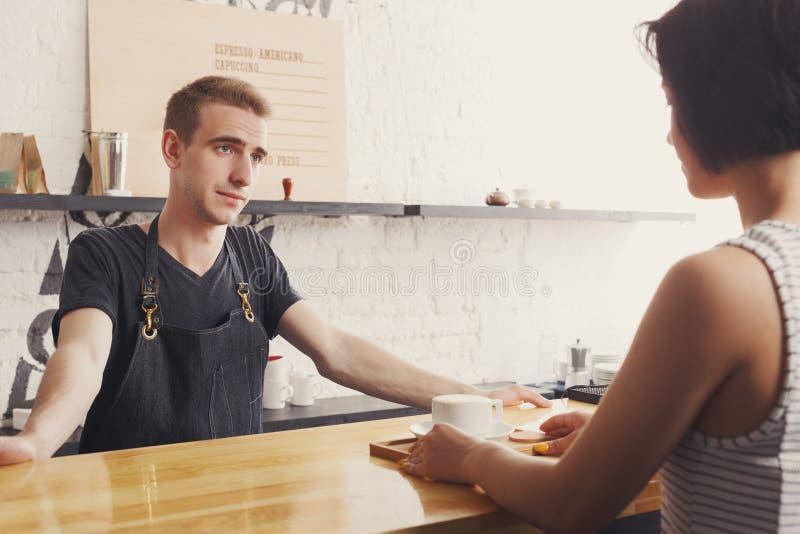 Barman die met de gast en de dienende koffie babbelen royalty-vrije stock foto's