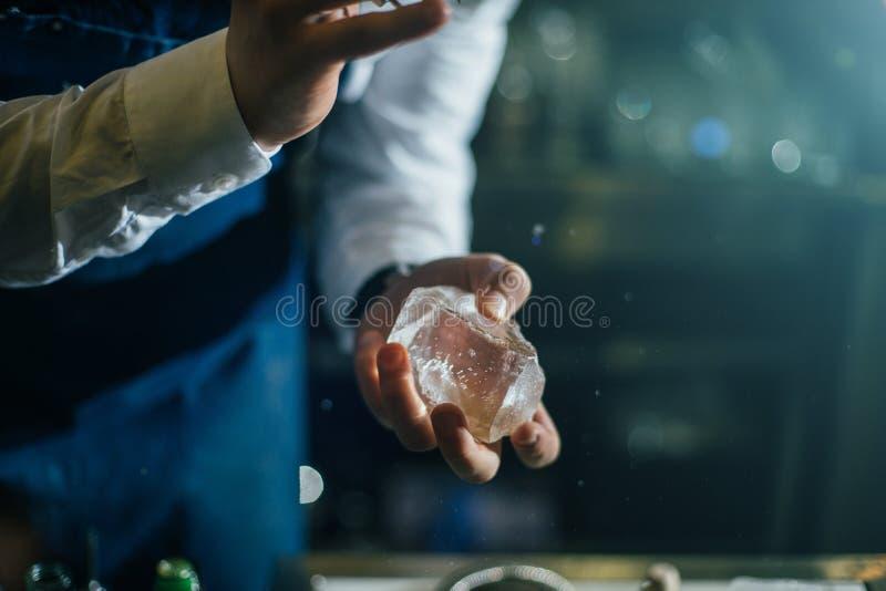 Barman die professioneel met ijs werken royalty-vrije stock foto