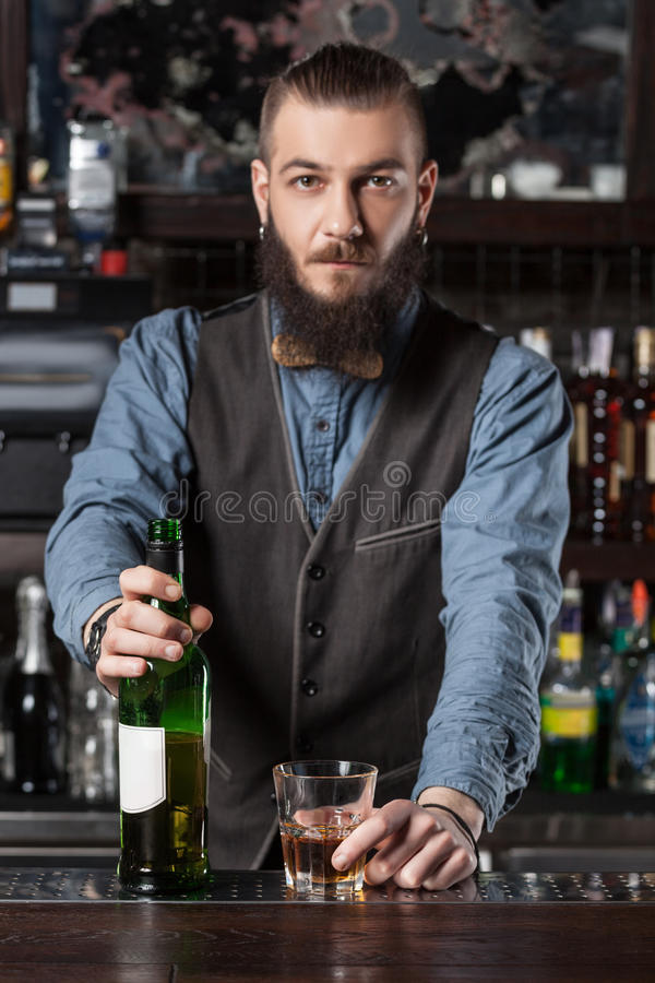 Barman dienende cocktail royalty-vrije stock fotografie