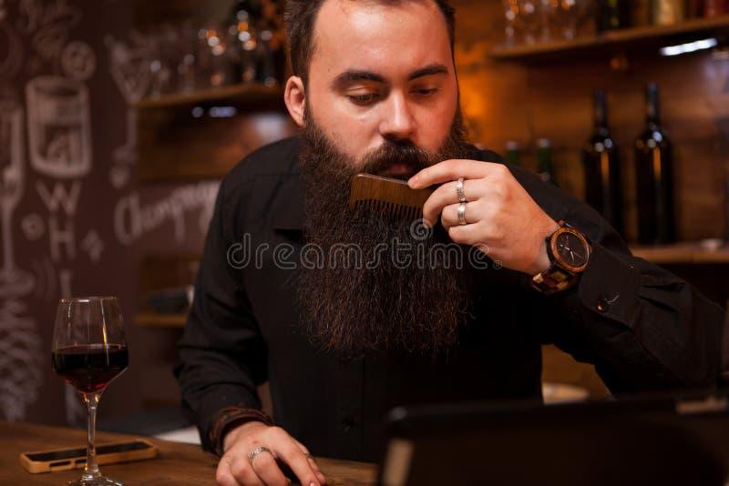 Barman do moderno que toma de sua barba longa foto de stock