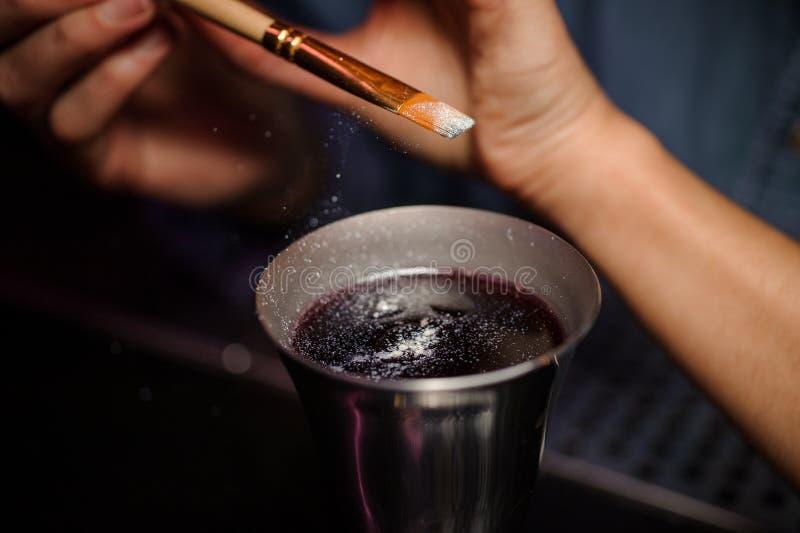 Barman dodaje błyskotliwość od muśnięcia koktajlu szkło z alkoholicznym napojem obrazy royalty free