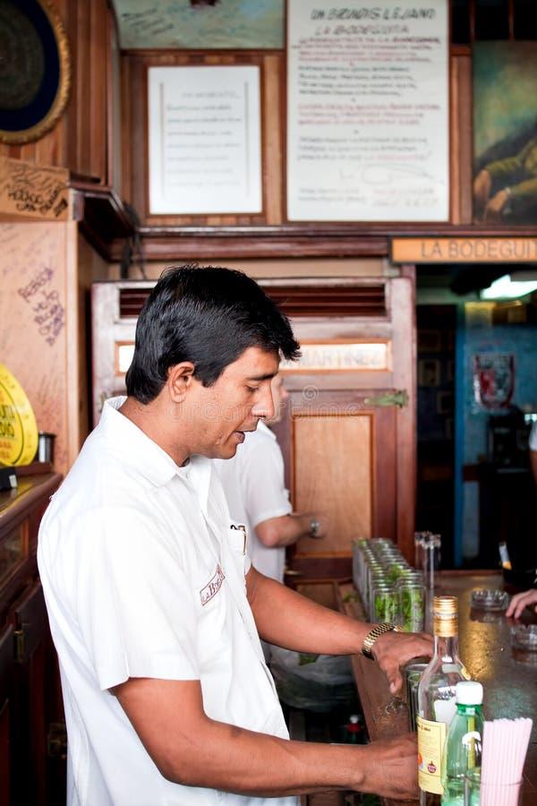 Barman en La Bodeguita del Medio images stock