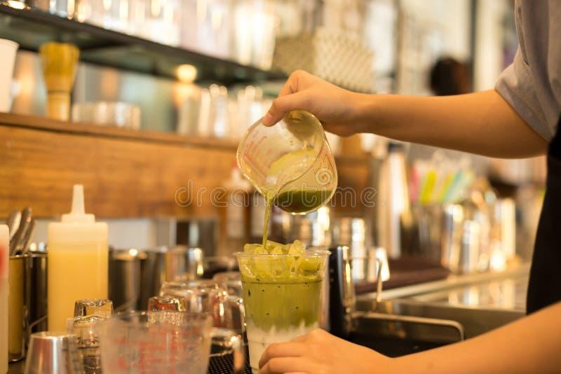 Barman faisant à matcha glacé le latte de thé vert photo stock