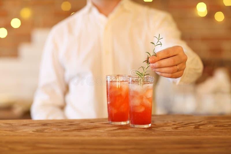 Barman faisant deux cocktails image libre de droits
