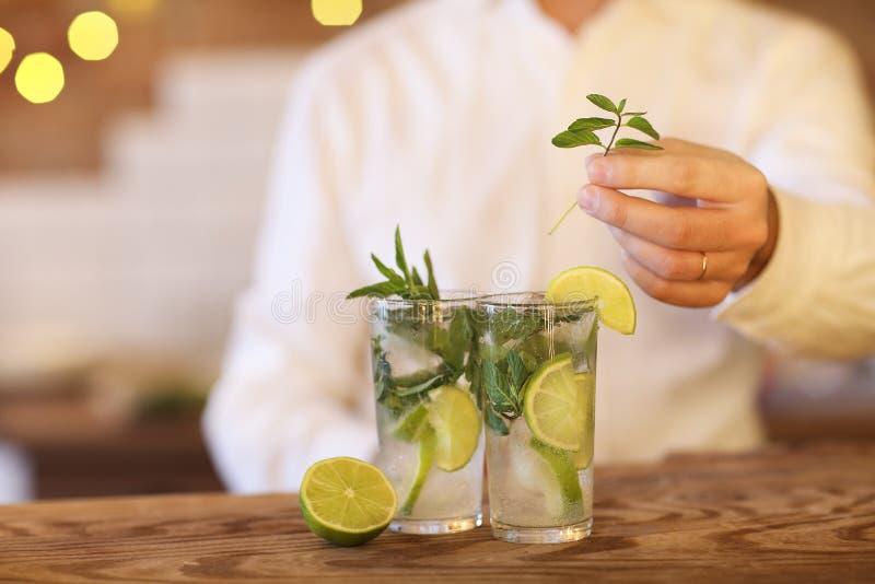 Barman faisant deux cocktails de mojito photographie stock libre de droits