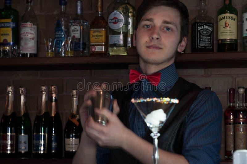 Barman faisant la boisson avec le sheker au compteur avec le verre dans la barre image stock