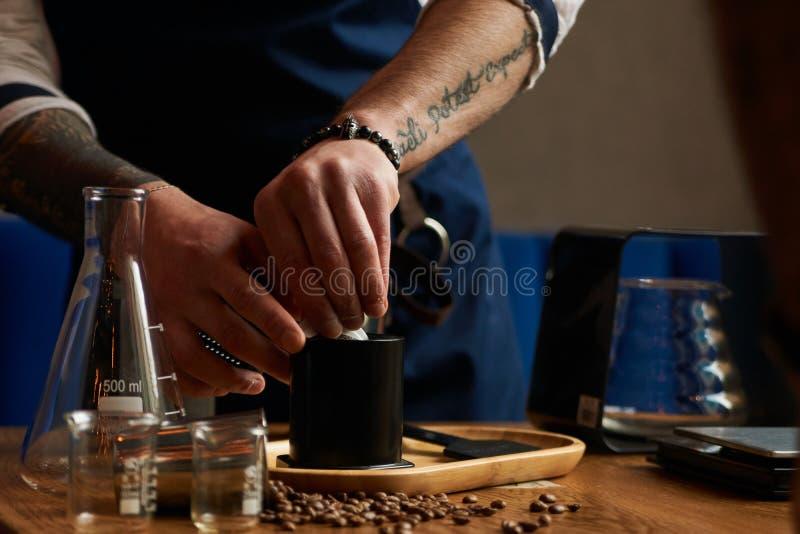 Barman faisant le café alternatif images libres de droits