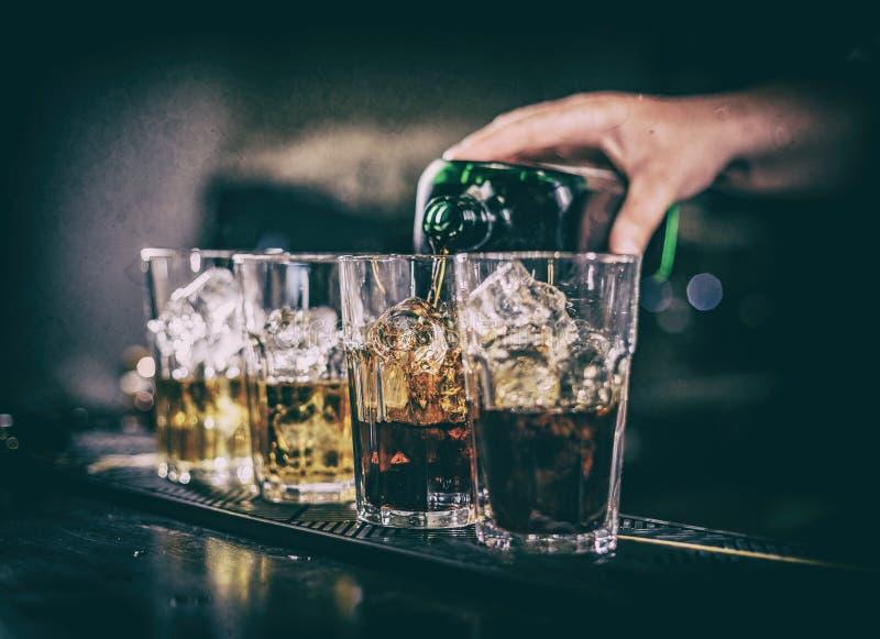 Barman faisant le cocktail photographie stock