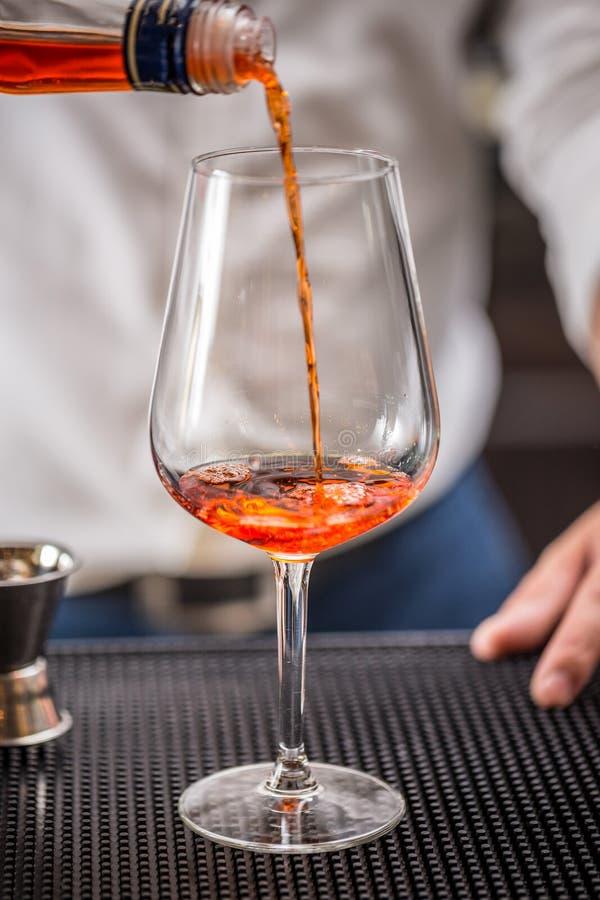 Barman faisant le cocktail photo libre de droits