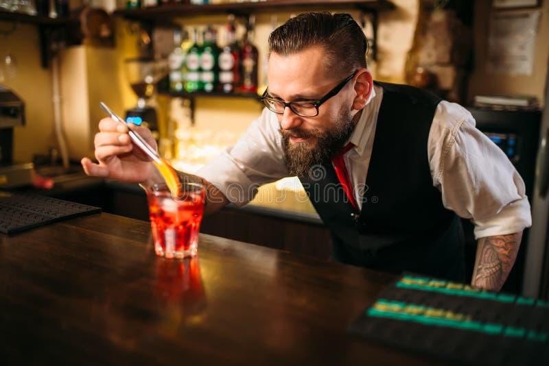 Download Barman Faisant Le Coctail D'alcool Dans Le Restaurant Image stock - Image du verticale, talent: 87700521