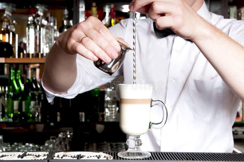 Barman faisant le latte. photographie stock
