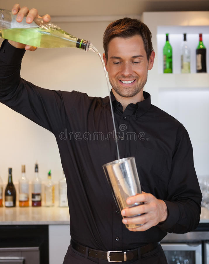 Barman feliz que prepara um cocktail imagens de stock royalty free