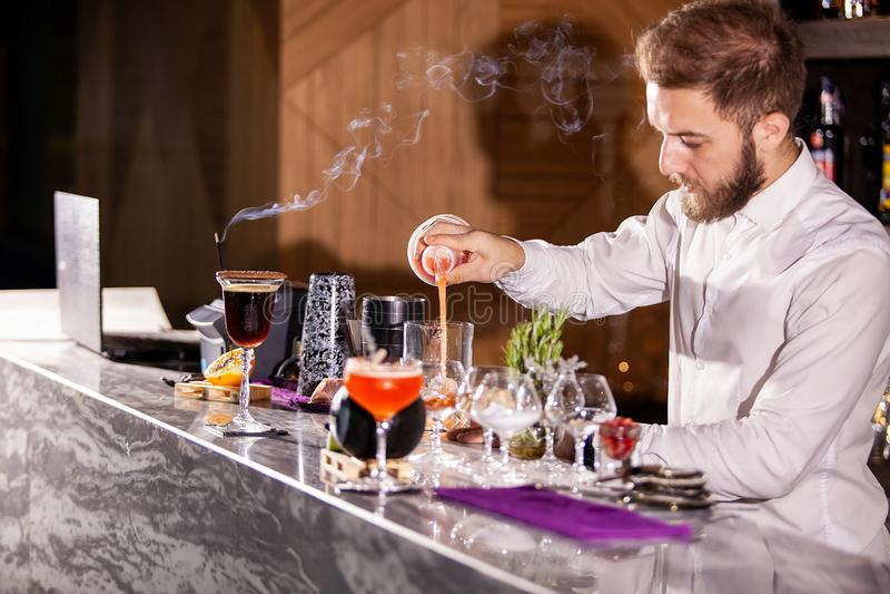 Barman gietende cocktail incredients royalty-vrije stock afbeeldingen