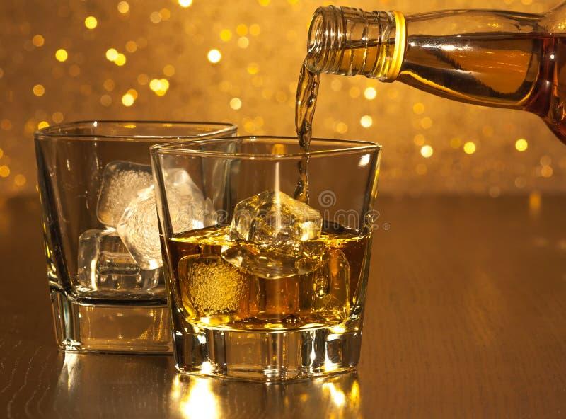 Barman gietende whisky voor leeg whiskyglas royalty-vrije stock foto