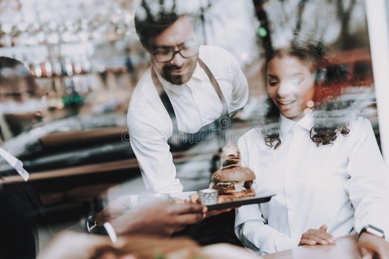 barman Hamburger Zwarte Mens datum Meisje Koffie royalty-vrije stock foto