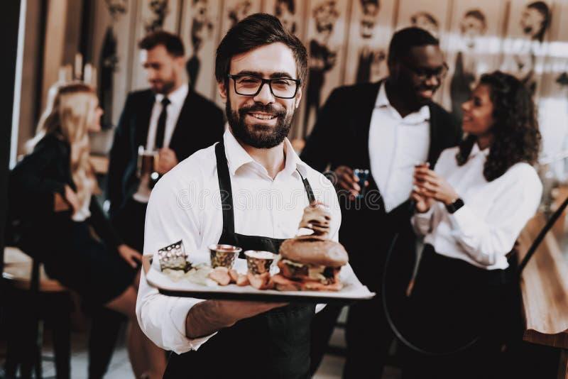 barman Hamburguesa en la placa Diversión E foto de archivo libre de regalías
