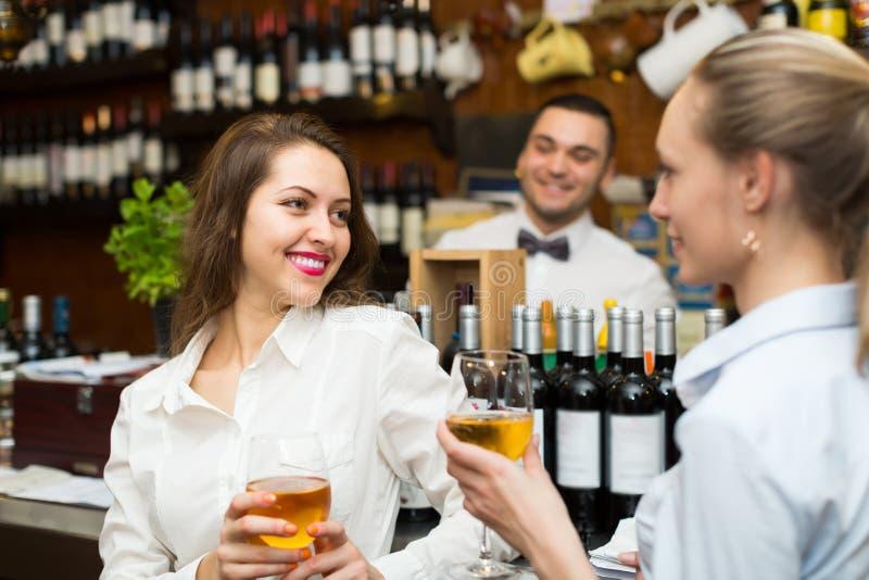 Barman i dwa dziewczyny przy barem zdjęcia royalty free