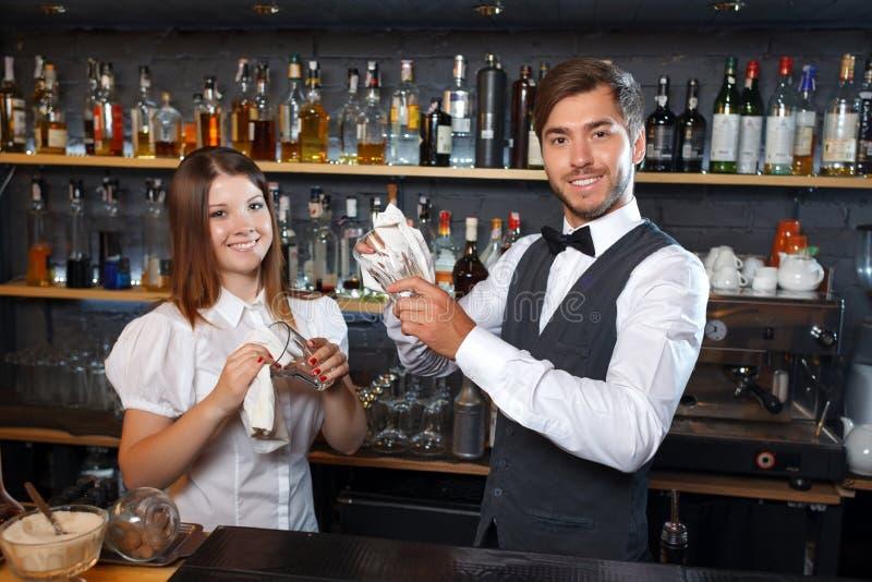 Barman i kelnerka podczas pracy obraz royalty free