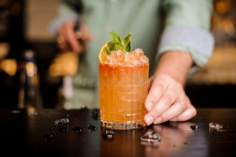 Barman kończący dekorujący jego koktajl zdjęcie stock