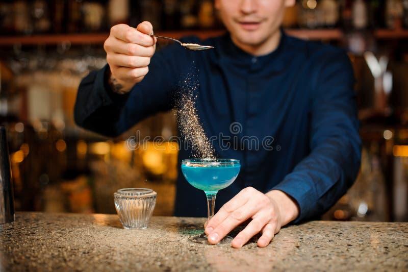 Barman kończy przygotowanie Błękitny laguny alkoholiczki koktajl obrazy royalty free