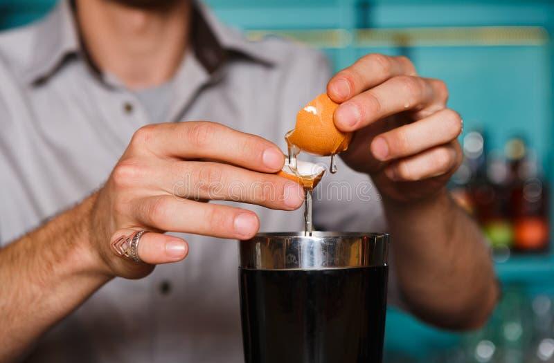 Barman& x27; manos de s que hacen el cóctel con la yema de huevo imagenes de archivo