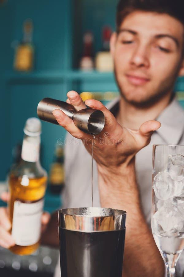 Barman& x27; manos de s que hacen el cóctel del tiro foto de archivo