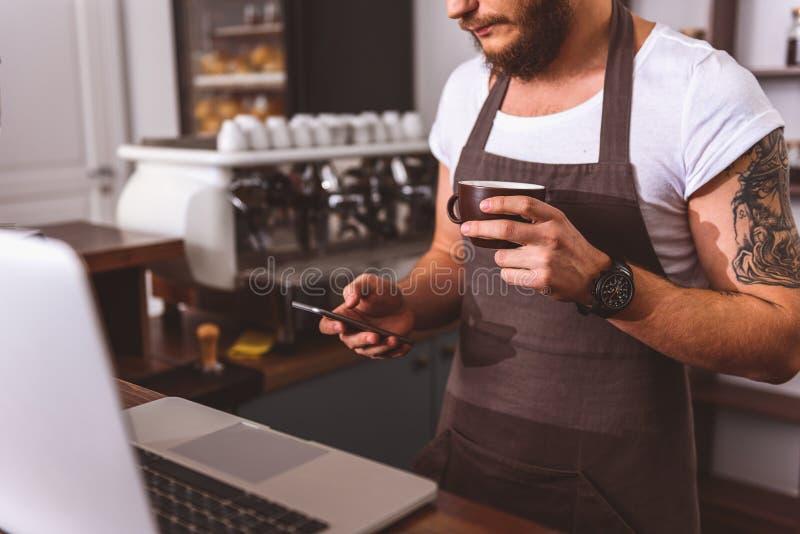 Barman masculino que tem a ruptura de café foto de stock royalty free