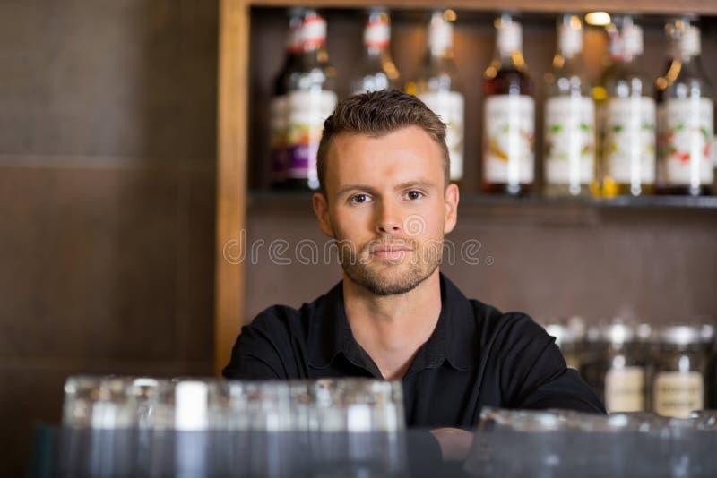 Barman masculino seguro At Cafe fotografia de stock