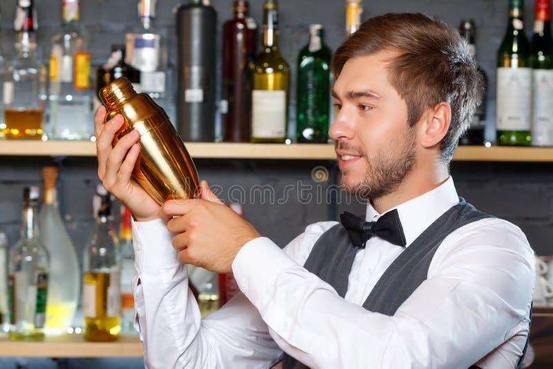 Barman miesza napoje obrazy stock