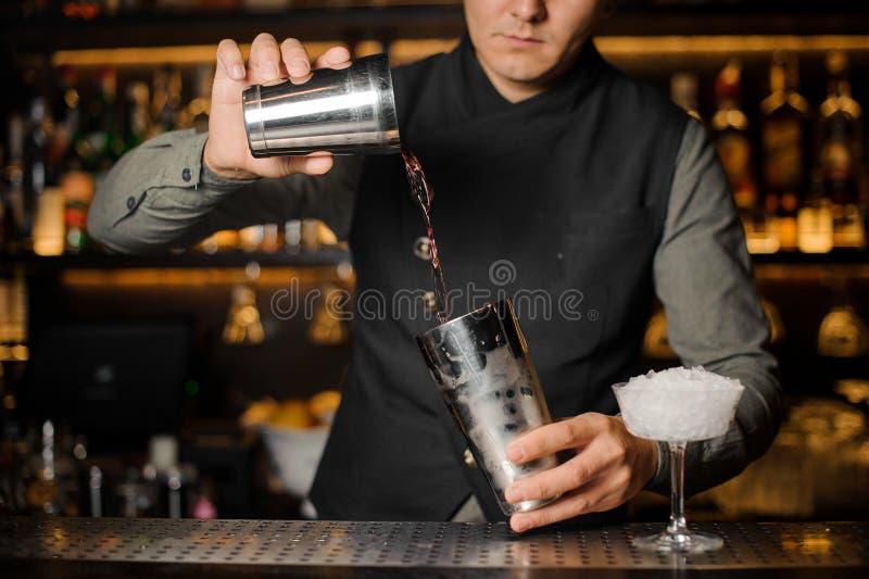 Barman miesza napoje dla robić koktajlowi obrazy royalty free