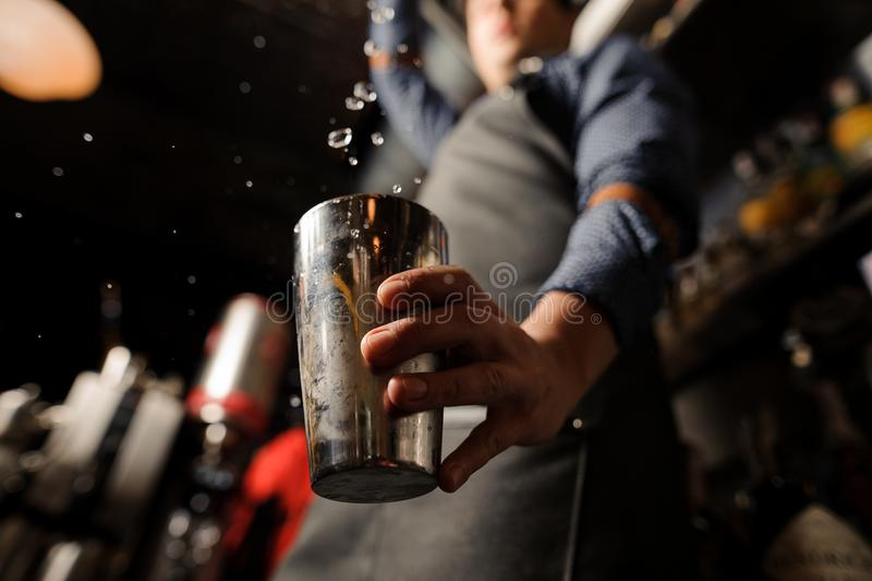 Barman nalewa alkoholicznego napój w metalu szkło obrazy royalty free