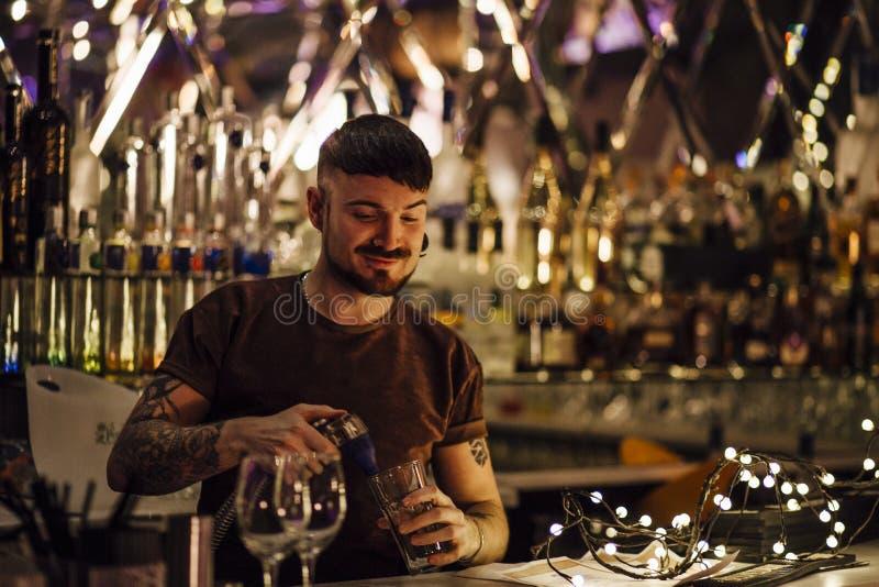 Barman no trabalho fotos de stock