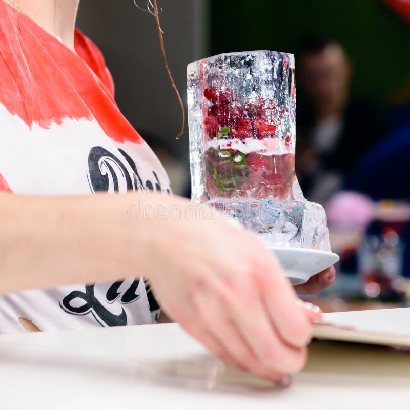 Barman non identifié jugeant une glace en verre avec de l'alcool Co de baies photo libre de droits