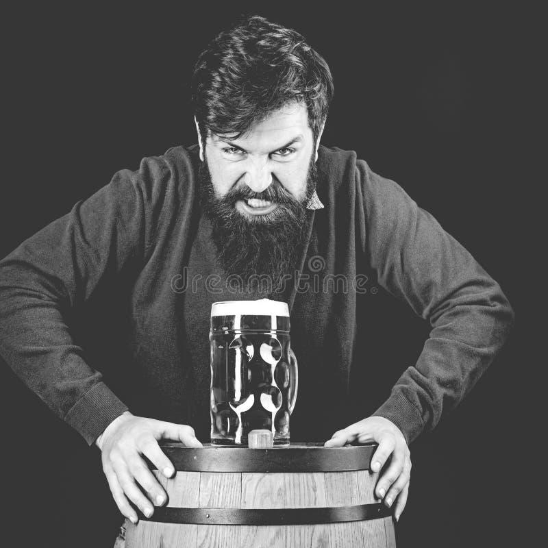 Barman o barista Concetto di birrificio Birre statunitensi Il concetto di festival dell'oktoberfest Nero e immagine stock