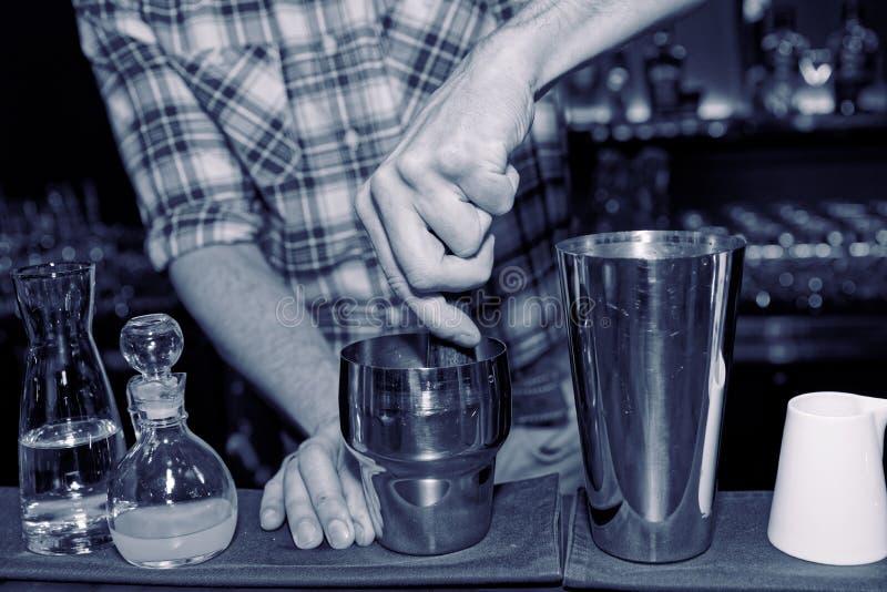 Barman pląta koktajli/lów składniki w potrząsaczu, tonującym obrazy royalty free