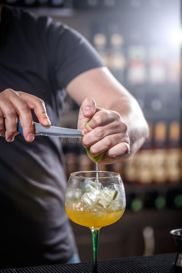 Barman pląta wapno obrazy stock