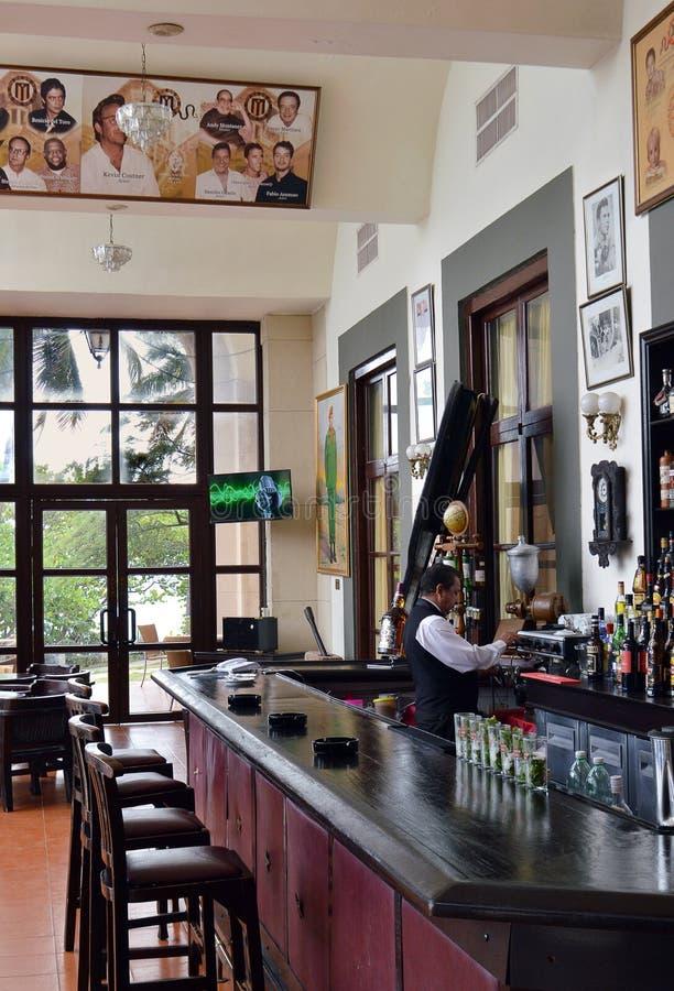 Barman porci kawa przy Hotelowym Nacional de Kuba, Hawański, Kuba obrazy stock