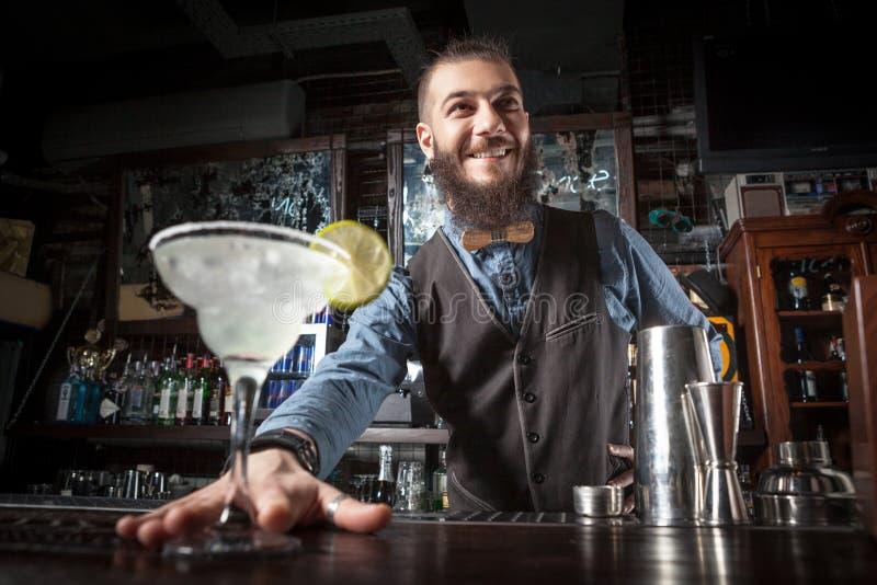 Barman porci koktajl zdjęcia royalty free