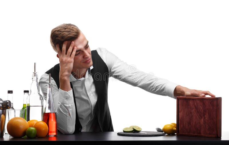 Barman pozycja przy prętowym kontuarem, plasterki wapno, pomarańcze i cytryny na białym tle, zdjęcie stock